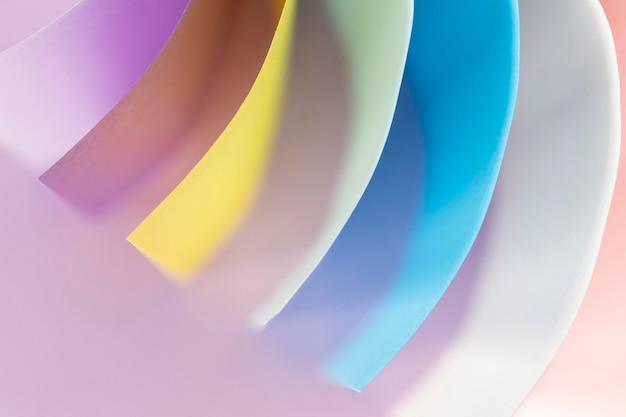 Camadas curvas brilhantes de papéis coloridos