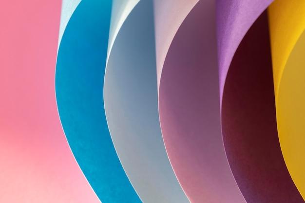 Camadas curvas de papéis coloridos