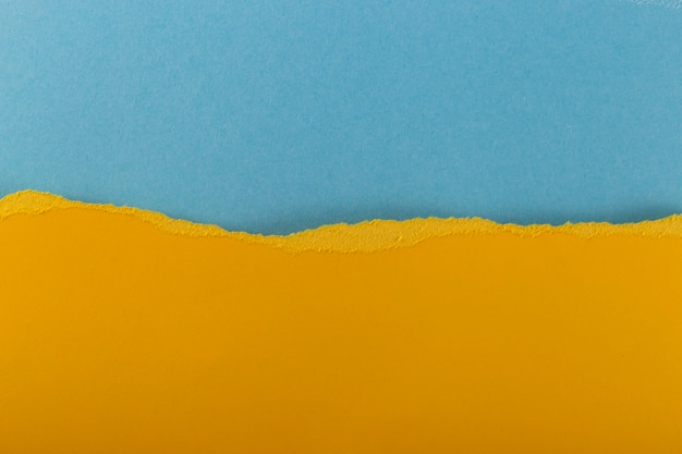 Camadas de folhas de papel texturizado rasgadas multicoloridas