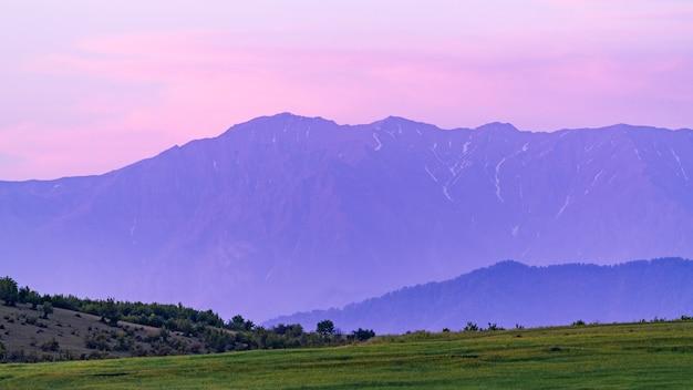 Camadas de montanha na hora do pôr do sol