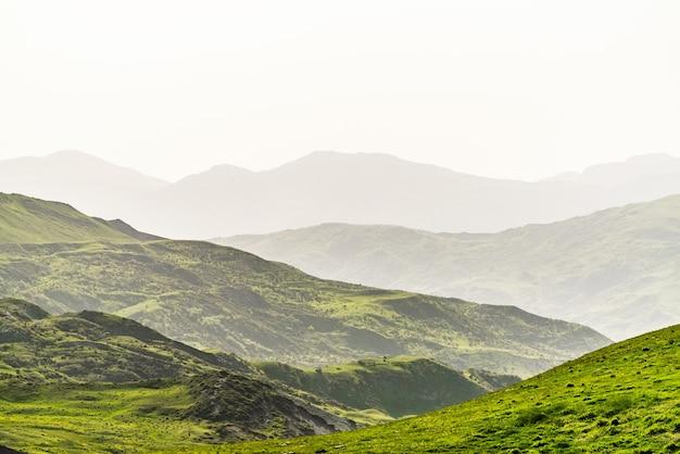 Camadas de montanha na névoa
