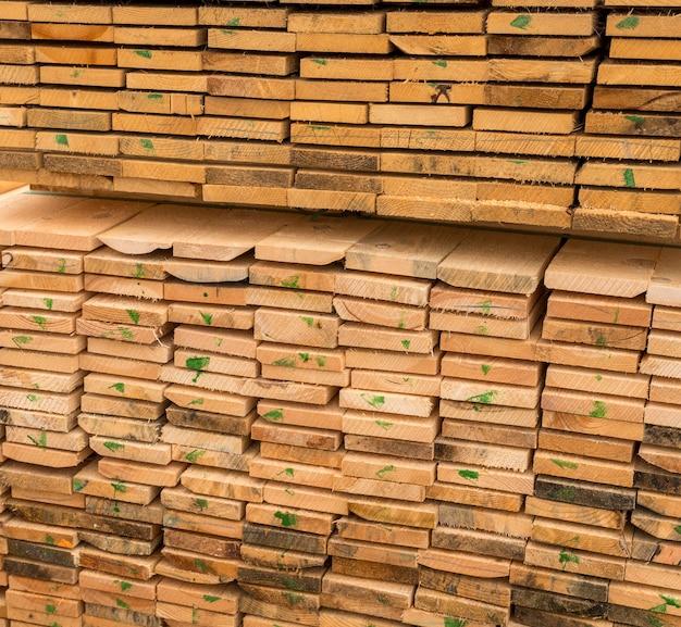 Camadas de prancha de madeira vista alta do fundo
