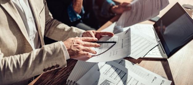 Camadas revisando contrato de locação