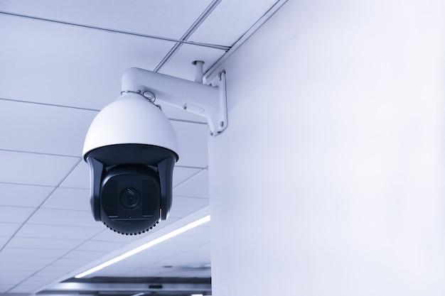 Câmara cctv de segurança ou sistema de vigilância no edifício, circuito fechado de televisão, câmara cctv moderna na parede.