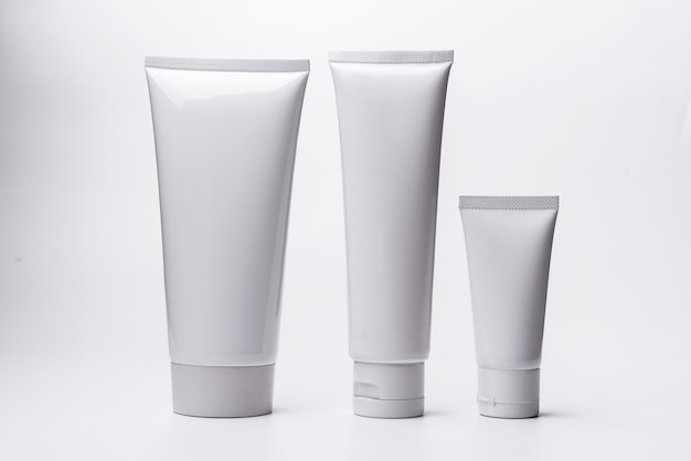 Câmara de ar cosmética branca em branco isolada no fundo branco.