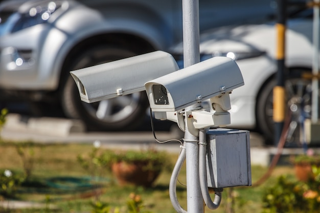 Câmara de segurança cctv no parque de estacionamento