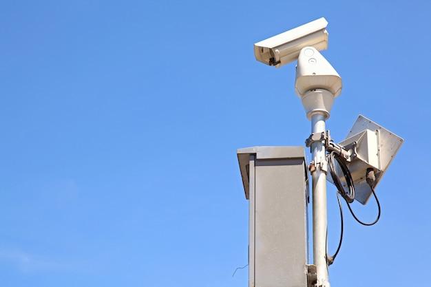 Câmara de segurança de vigilância isolada ou cctv no céu azul