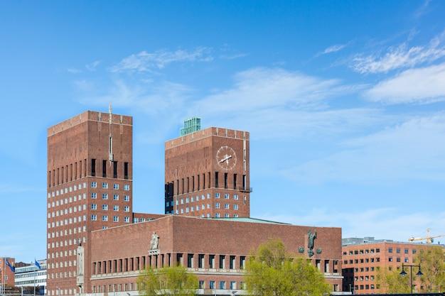 Câmara municipal em oslo, noruega, em um dia ensolarado.