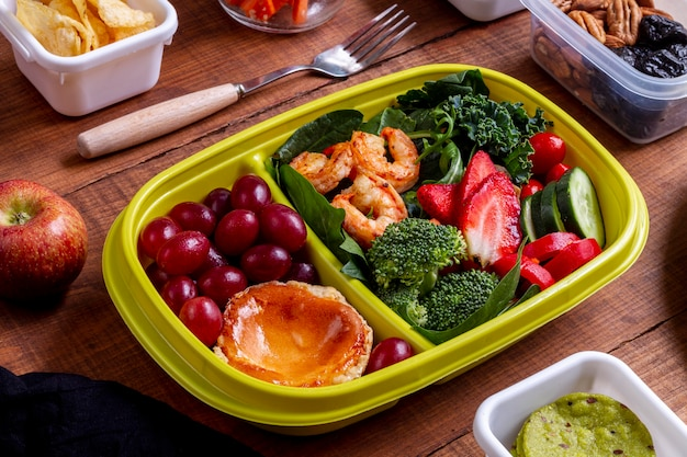 Camarão alto, legumes e frutas