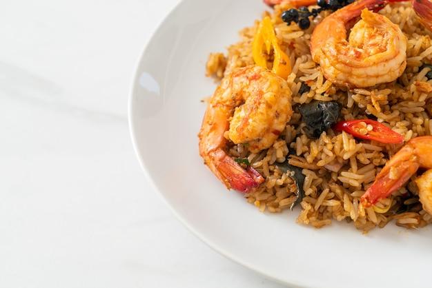 Camarão arroz frito com ervas e especiarias - comida asiática