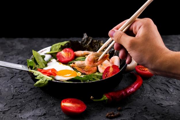 Camarão asiático e salada de legumes