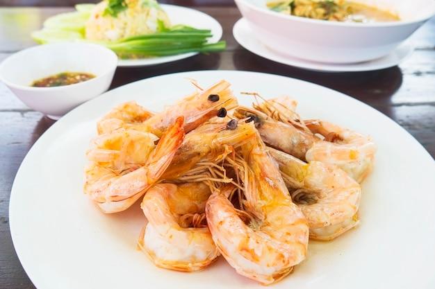 Camarão assado servido em prato branco pronto para comer