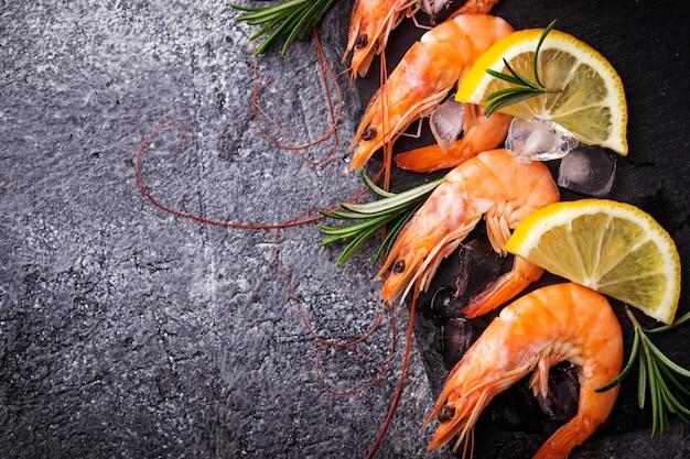Camarão camarão com limão e alecrim. foco seletivo