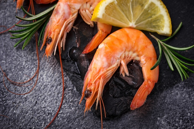 Camarão camarão com limão e alecrim.