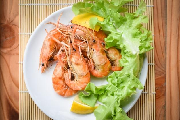 Camarão camarão cozido churrasco queimado com salada de limão e legumes