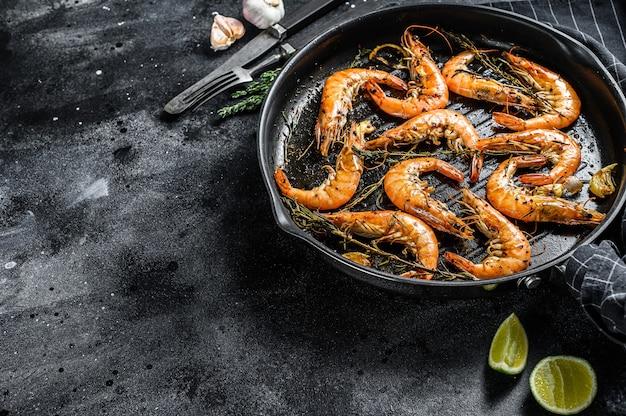 Camarão, camarão prato tradicional scampi frito na massa de alho com limão e salsa