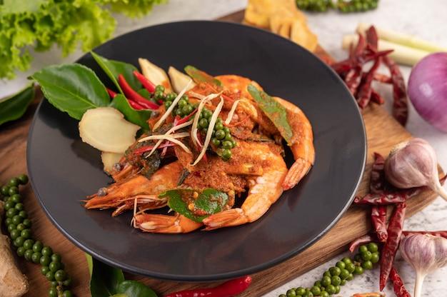Camarão chuchi em um prato com sementes de pimenta fresca
