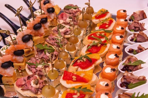 Camarão com azeitonas queijo com uva e canapés com carne coquetel