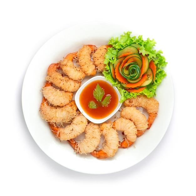 Camarão com macarrão frito enrolado em molho de pimenta asiática servido