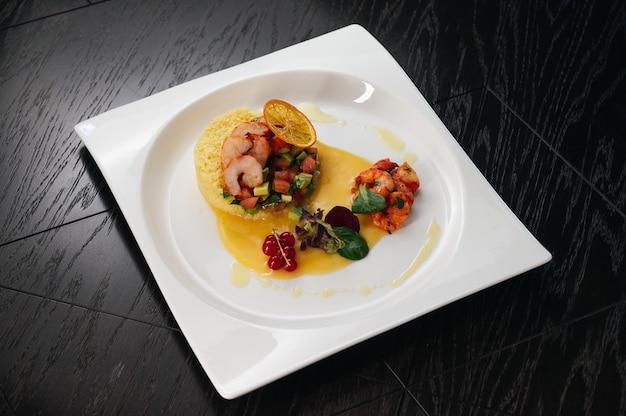 Camarão com tomate abacate e molho de manga comida de restaurante premium