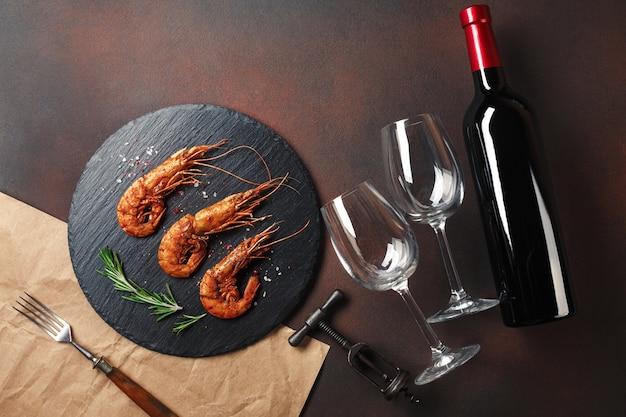 Camarão com uma garrafa de vinho. vista do topo. espaço livre para o seu texto. no antigo fundo