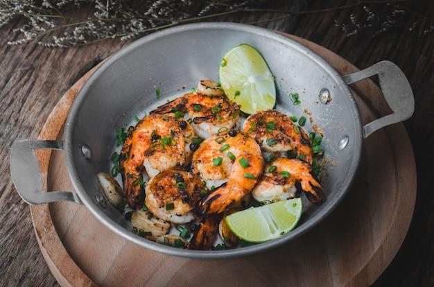 Camarão cozido camarão com tempero picante.
