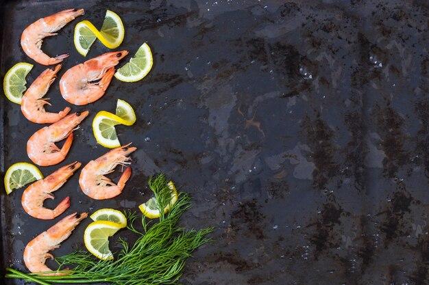 Camarão cozido congelado para cozinhar com endro de limão e especiarias. fechar-se. copiar spase