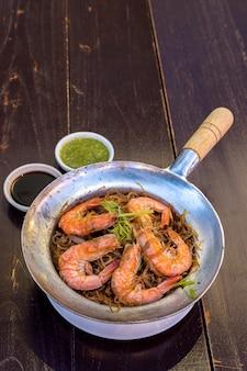 Camarão cozido no vapor com aletria
