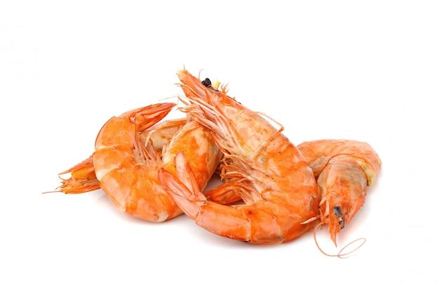 Camarão cozido ou camarão isolado no branco