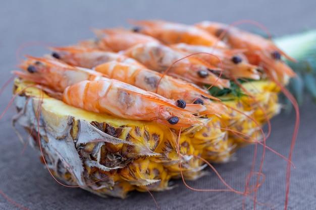 Camarão cozido servido no abacaxi, tailândia, close-up