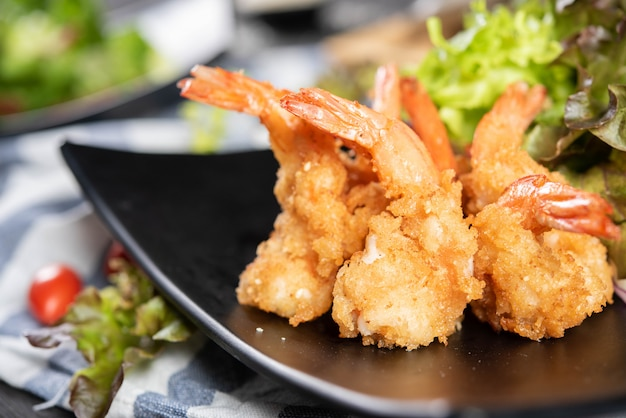 Camarão crocante com salada