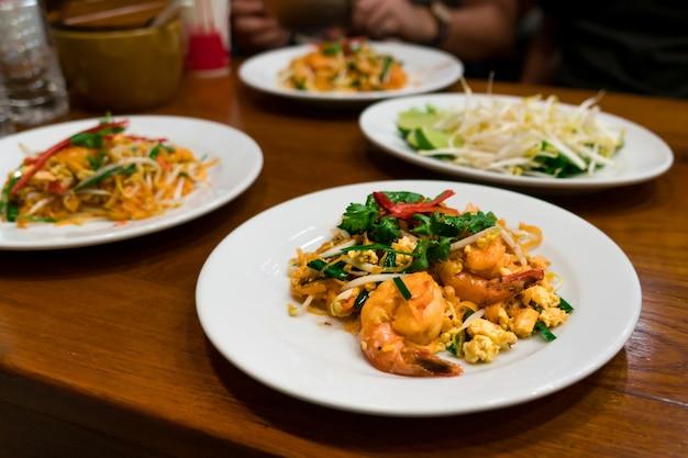 Camarão de comida tailandesa e macarrão mexa frito com eag, comida tradicional tailandesa