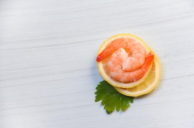Camarão de frutos do mar camarão cozido com ervas e camarão no limão