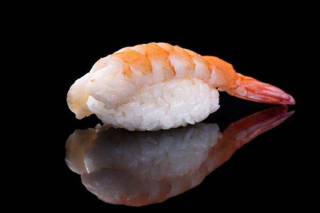 Camarão de sushi sobre preto