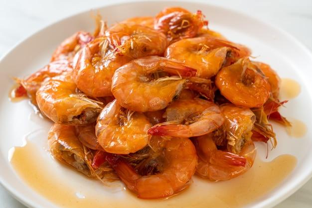 Camarão doce é um prato tailandês que cozinha com molho de peixe e açúcar - estilo de comida asiática