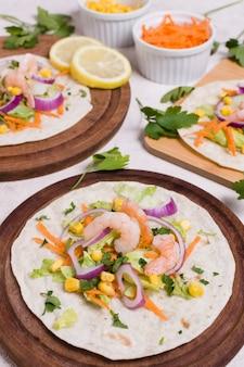 Camarão e outros alimentos saudáveis na pita