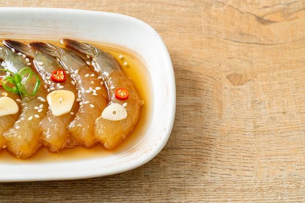 Camarão em conserva ao estilo coreano ou camarão em conserva com molho de soja coreano - comida asiática