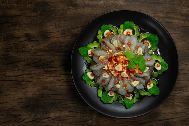 Camarão em molho de peixe no topo molho picante de frutos do mar pimenta prato quente e picante