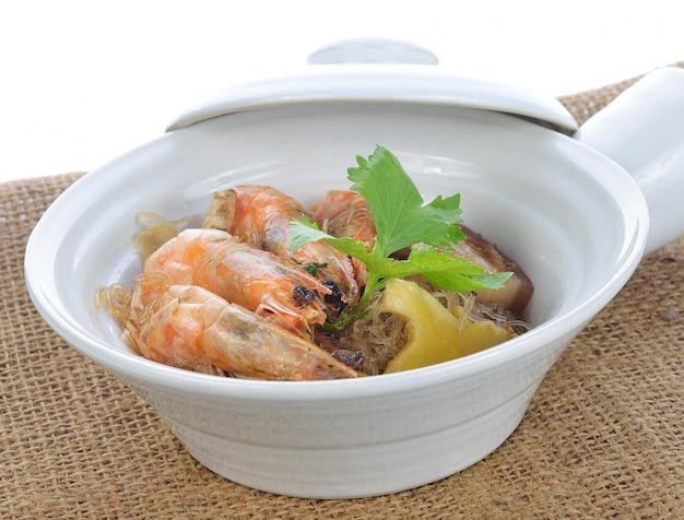 Camarão em vaso com aletria na comida white.thai