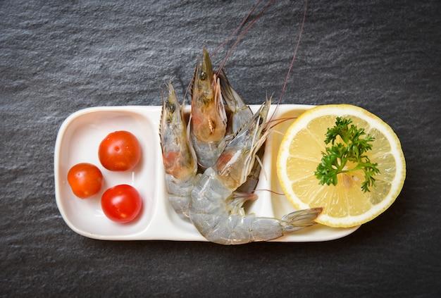 Camarão fresco, camarão cru gourmet oceano, com, tomate, limão