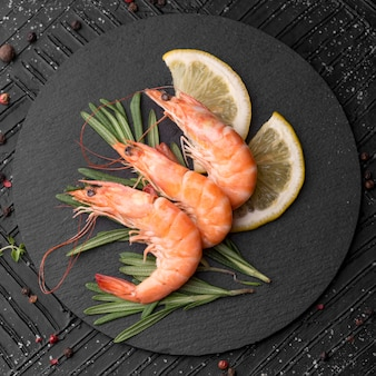 Camarão fresco de frutos do mar em um prato