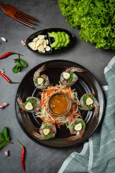 Camarão fresco embebido em molho de peixe, comida tailandesa.