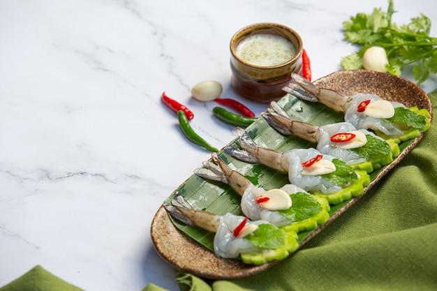 Camarão fresco embebido em molho de peixes, comida tailandesa.