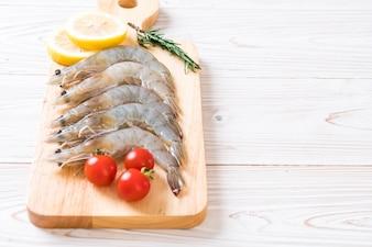 Camarão fresco ou camarão cru na placa de madeira