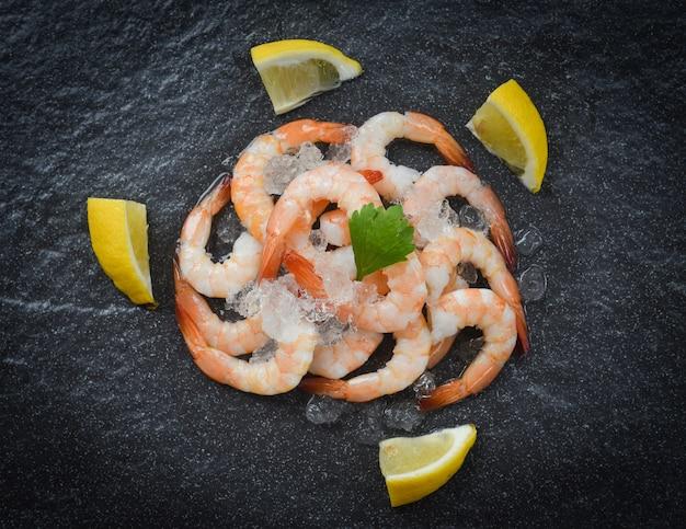 Camarão fresco servido no gelo no prato escuro