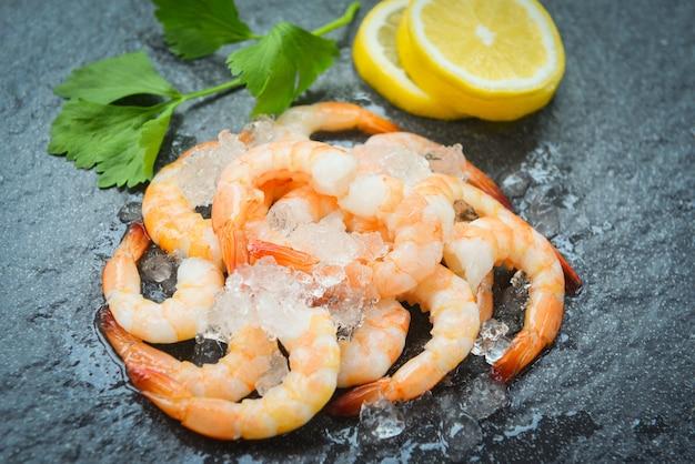 Camarão fresco servido no prato - camarão descascado cozido de camarão cozido com fundo de gelo no restaurante de frutos do mar