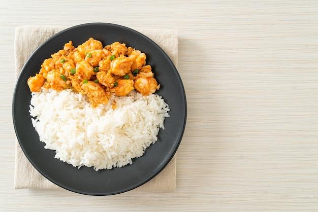 Camarão frito com alho e pasta de camarão com arroz