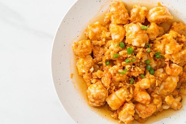 Camarão frito com alho e pasta de camarão no prato whie