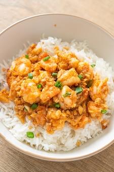 Camarão frito com alho e pasta de camarão tigela de arroz