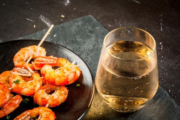Camarão frito com camarão grelhado e vinho branco